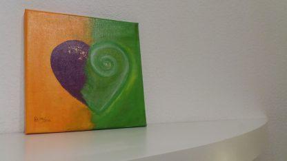 Herzbild orange grün lila abstrakt mit Acrylfarbe und Seidenmatt Lack